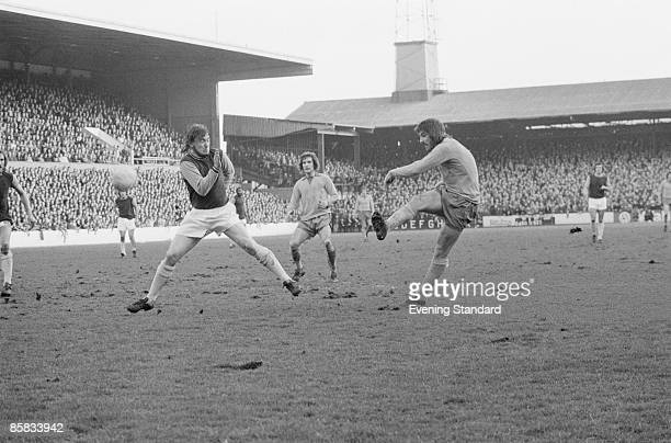 English footballer Bob Latchford of Everton takes a shot during a Division One match against West Ham at Upton Park London 16th February 1974 West...