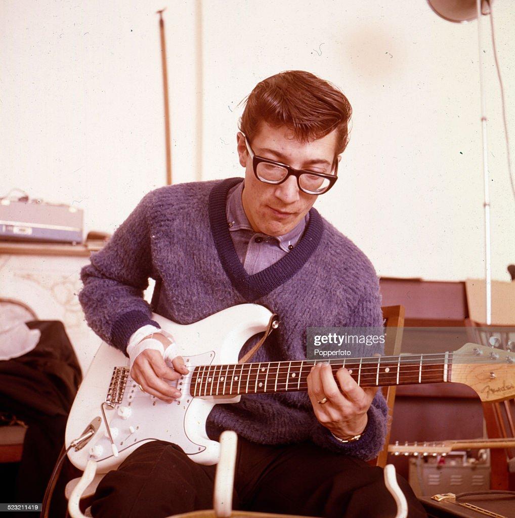 El sonido de tus cuerdas - Página 2 English-guitarist-hank-marvin-of-the-shadows-plays-a-white-fender-picture-id523211419