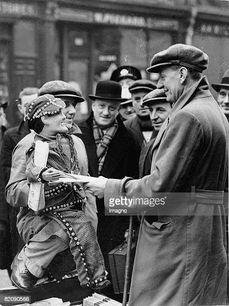 English newspaper man trying to improve his sales by using a ventriloquist puppet London England Photograph Around 1930 [Englischer Zeitungsverkufer...