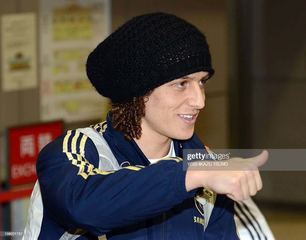 English Premier League football team Chelsea defender David Luiz gives a thumbs up to Japanese fans upon his arrival with the team at Narita International Airport in Narita, suburban Tokyo on December 9, 2012. Chelsea will play a semi-final match in the Club World Cup tournament in Yokohama on December 13. AFP PHOTO / Yoshikazu TSUNO