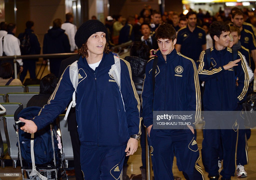 English Premier League football team Chelsea defender David Luiz (L) arrives with the team at Narita International Airport in Narita, suburban Tokyo on December 9, 2012. Chelsea will play a semi-final match in the Club World Cup tournament in Yokohama on December 13. AFP PHOTO / Yoshikazu TSUNO