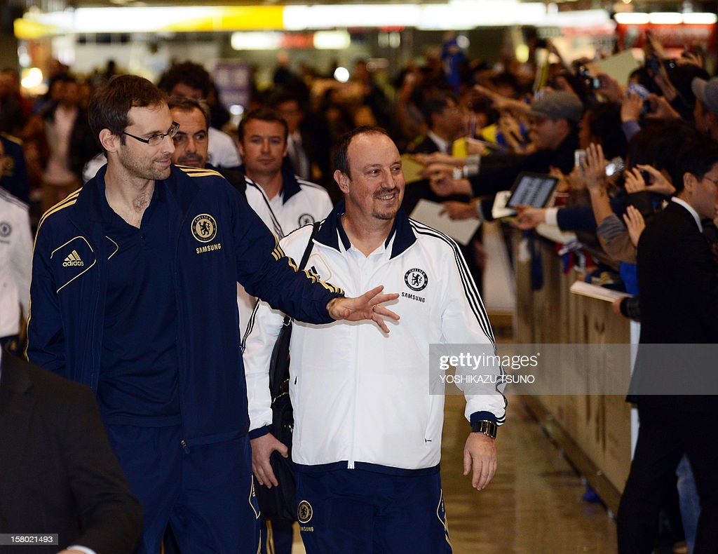 English Premier League football team Chelsea FC goalkeeper Petr Cech (L) and head coach Rafael Benitez (C) react to Japanese fans upon their arrival at Narita International Airport in Narita, suburban Tokyo on December 9, 2012. Chelsea will play a semi-final match in the Club World Cup tournament in Yokohama on December 13. AFP PHOTO / Yoshikazu TSUNO