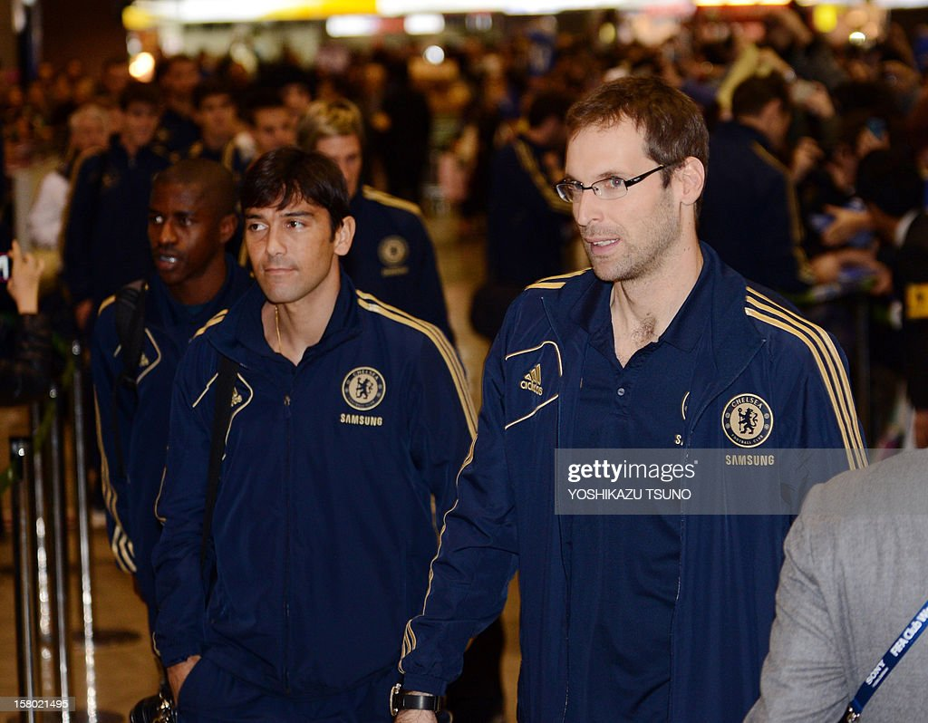 English Premier League football team Chelsea FC goalkeeper Petr Cech (R) and teammates arrive at Narita International Airport in Narita, suburban Tokyo on December 9, 2012. Chelsea will play a semi-final match in the Club World Cup tournament in Yokohama on December 13. AFP PHOTO / Yoshikazu TSUNO
