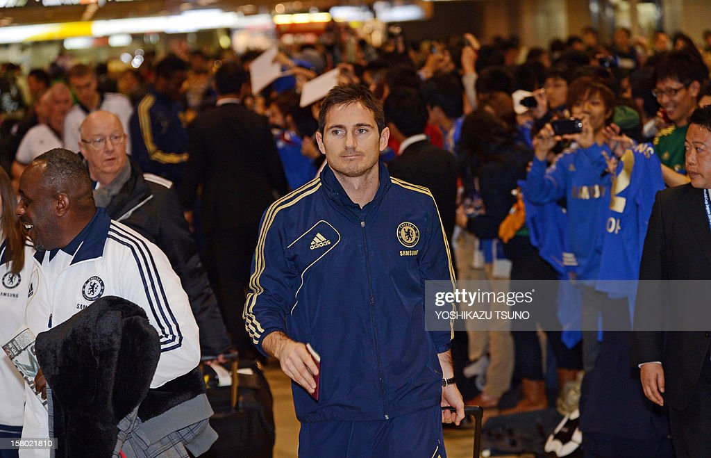 English Premier League football team Chelsea midfielder Frank Lampard (C) arrives with the team at Narita International Airport in Narita, suburban Tokyo on December 9, 2012. Chelsea will play a semi-final match in the Club World Cup tournament in Yokohama on December 13. AFP PHOTO / Yoshikazu TSUNO