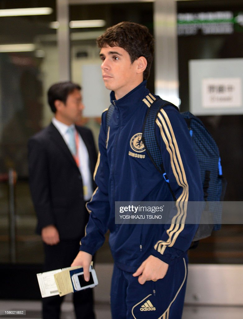 English Premier League football team Chelsea midfielder Oscar arrives with the team at Narita International Airport in Narita, suburban Tokyo on December 9, 2012. Chelsea will play a semi-final match in the Club World Cup tournament in Yokohama on December 13. AFP PHOTO / Yoshikazu TSUNO