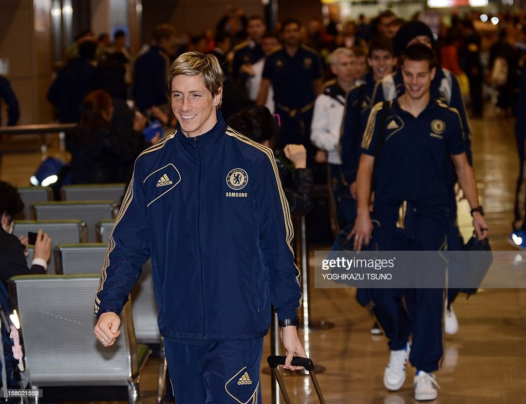 English Premier League football team Chelsea player Fernando Torres (L) arrives with the team at Narita International Airport in Narita, suburban Tokyo on December 9, 2012. Chelsea will play a semi-final match in the Club World Cup tournament in Yokohama on December 13. AFP PHOTO / Yoshikazu TSUNO