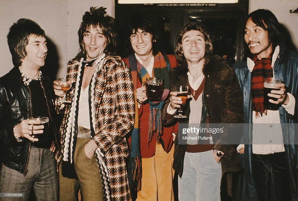 English rock group Faces, London, 1974. Left to right: keyboard player Ian McLagan, singer Rod Stewart, guitarist Ronnie Wood, drummer Kenney Jones and bassist Tetsu Yamauchi.
