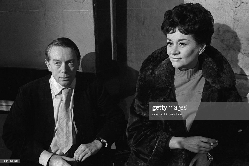 English writer and theatre critic Kenneth Tynan (1927 - 1980) with actress <a gi-track='captionPersonalityLinkClicked' href=/galleries/search?phrase=Joan+Plowright&family=editorial&specificpeople=217859 ng-click='$event.stopPropagation()'>Joan Plowright</a>, 1968.