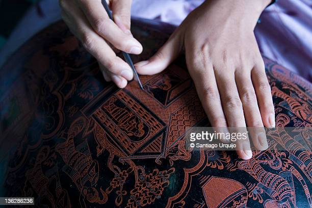 Engraving an oriental pattern on black lacquer