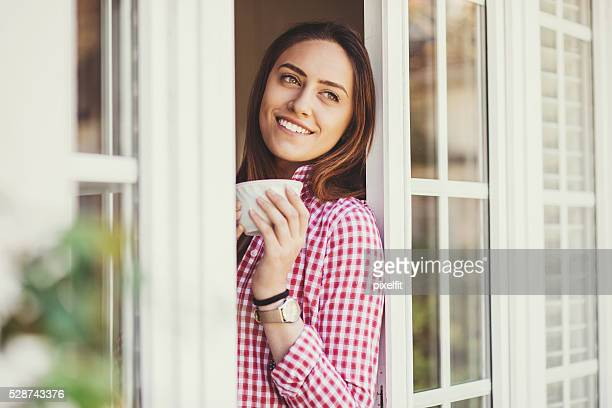 Disfruta de una taza de café en su casa