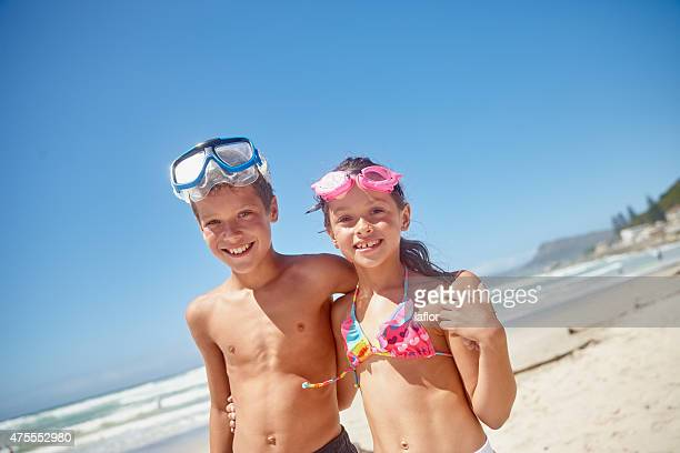 Genießen einen Tag am Strand mit seiner Schwester