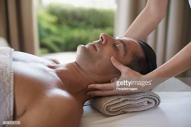 Profitant d'un massage du visage