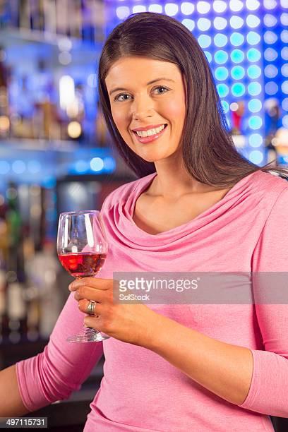 Genießen Sie ein Glas Wein an der Bar