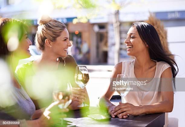 Disfruta de una copa de vino con mis mejores amigos.