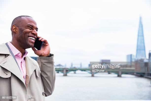 Bénéficiant d'une copieuse conversation sur un téléphone