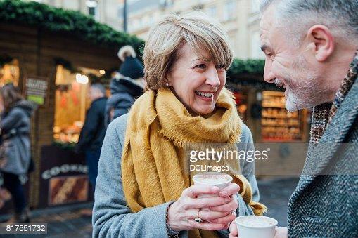 クリスマス マーケットでコーヒーを楽しむ : ストックフォト
