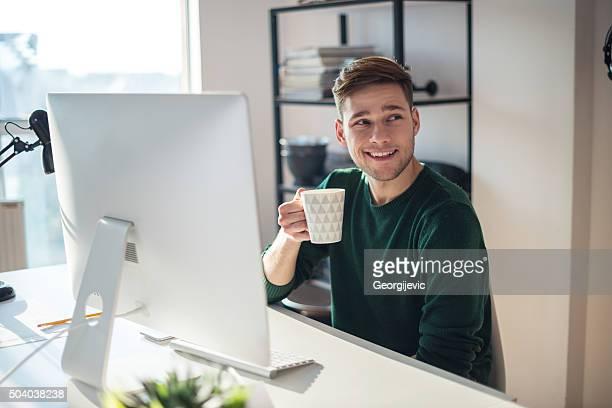 Godendo caffè mattutino