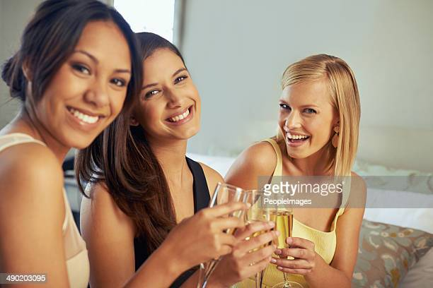 Genießen Sie erlesene Champagner und noch besserer Gesellschaft