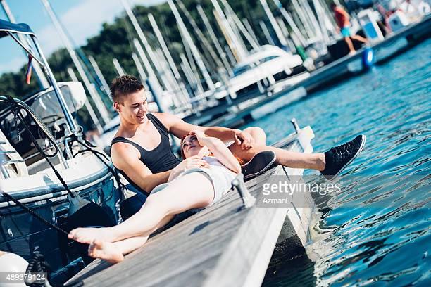 Profitez de la journée d'été dans le port de plaisance