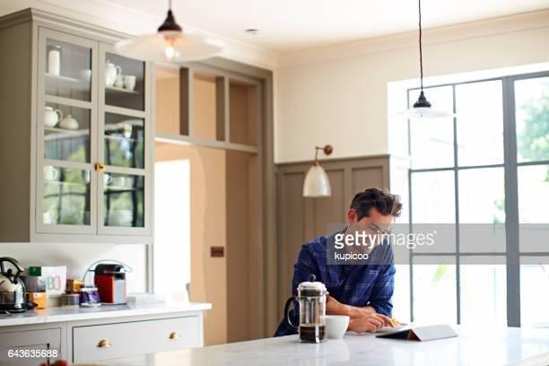 Disfrutando de la mañana en línea con un café