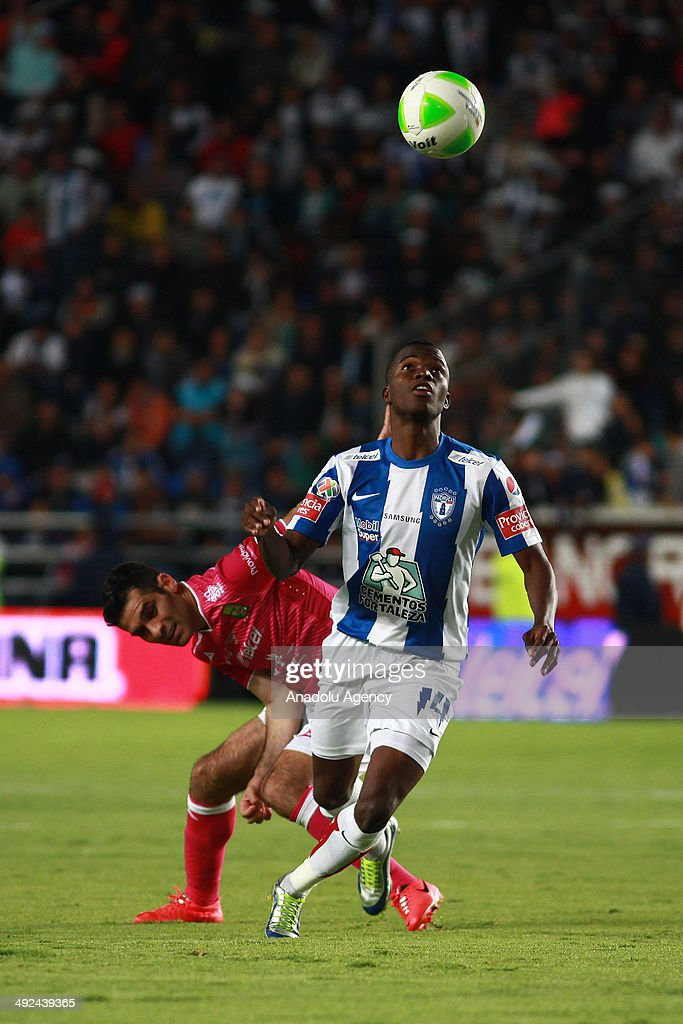 Enner Valencia (R) of Pachuca vies for the ball with Rafael Marquez (L) of Leon, during the Liga BBVA Bancomer MX (Mexican Soccer League) final match between Pachuca and Leon at Hidalgo Stadium on May 18, 2014 in Pachuca, Mexico.