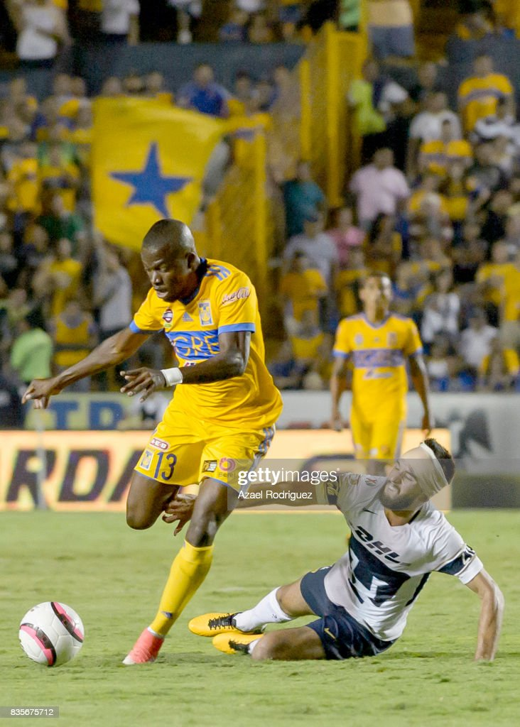 Enner Valencia of Tigres fights for the ball with Luis Quintana of Pumas during the 5th round match between Tigres and Pumas as part of the Torneo Apertura 2017 Liga MX at Universitario Stadium on August 19, 2017 in Monterrey, Mexico.