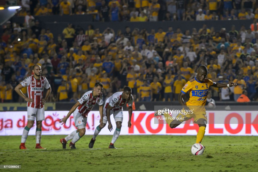 Enner Valencia of Tigres takes a penalty kick to score his team's first goal during the 16th round match between Tigres UANL and Necaxa as part of the Torneo Apertura 2017 Liga MX at Universitario Stadium on November 5, 2017 in Monterrey, Mexico.