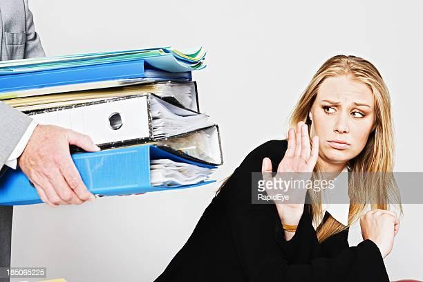 Assez déjà: Femme d'affaires ne se fondra pas être cédé de travail supplémentaire