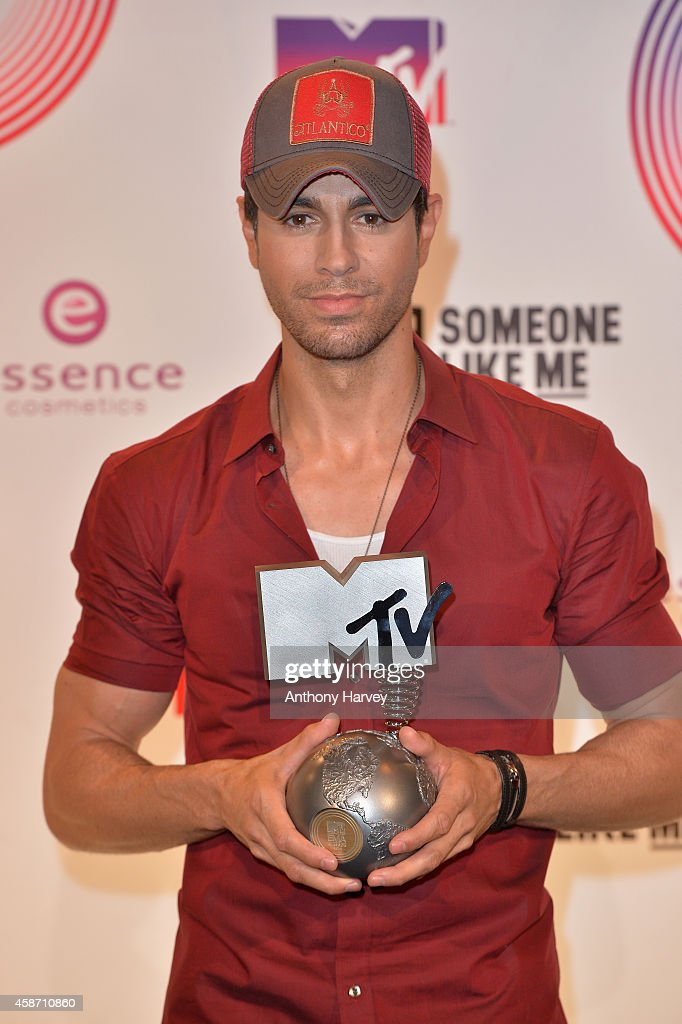<a gi-track='captionPersonalityLinkClicked' href=/galleries/search?phrase=Enrique+Iglesias+-+Singer&family=editorial&specificpeople=202672 ng-click='$event.stopPropagation()'>Enrique Iglesias</a> poses in the winners room at the MTV EMA's 2014 after winning the Best World Stage award at The Hydro on November 9, 2014 in Glasgow, Scotland.