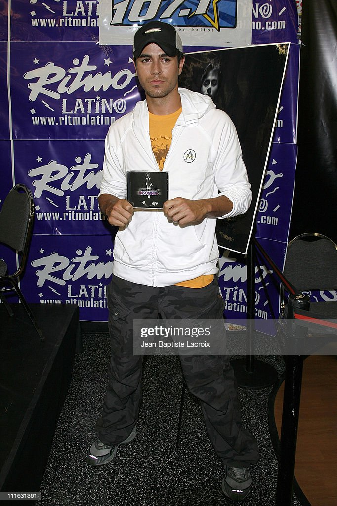<a gi-track='captionPersonalityLinkClicked' href=/galleries/search?phrase=Enrique+Iglesias+-+Singer&family=editorial&specificpeople=202672 ng-click='$event.stopPropagation()'>Enrique Iglesias</a> signs copies of his new album 'Insomniac' on August 7, 2007 at Rythmo Latino in Anaheim, California.