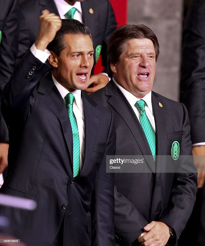 Enrique Peña Nieto President of Mexico and <a gi-track='captionPersonalityLinkClicked' href=/galleries/search?phrase=Miguel+Herrera+-+Soccer+Coach&family=editorial&specificpeople=12319687 ng-click='$event.stopPropagation()'>Miguel Herrera</a> coach of Mexico during a Mexico National Team Farewell Ceremony at Palacio Nacional de la Ciudad de México on May 27, 2014 in Mexico City, Mexico.