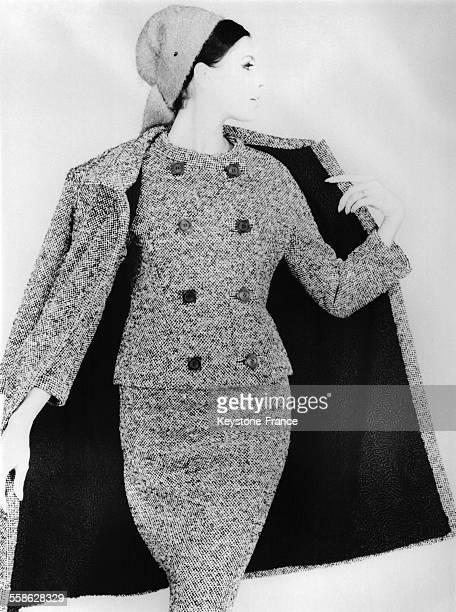 Ensemble de tweed noir et d'un manteau doublé astrakan collection automnehiver 19641965 création Pierre Balmain le 20 octobre 1964