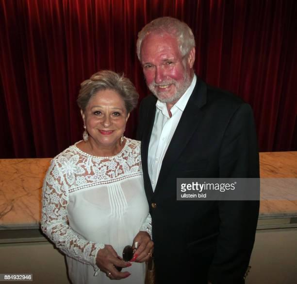 Entertainerin Dagmar Frederic und Ehemann Klaus Lenk aufgenommen bei der Premiere von dem Theaterstück Der Mann der sich nicht traut im Theater am...