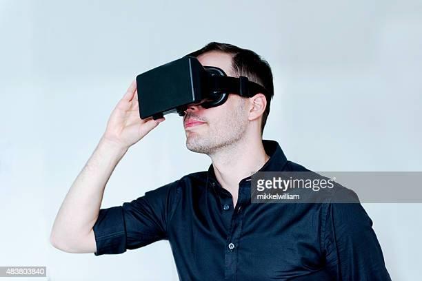 Entretenimento com um par de Óculos de realidade virtual
