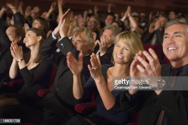Enthousiaste public Taper dans les mains de personnes en configuration théâtre