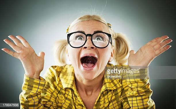 Enthousiaste femme blonde portant les lunettes.