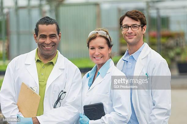 Entusiasta equipo de los científicos trabajando juntos