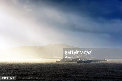 Entrada de puerto de bilbao con los rayos de sol : Foto de stock
