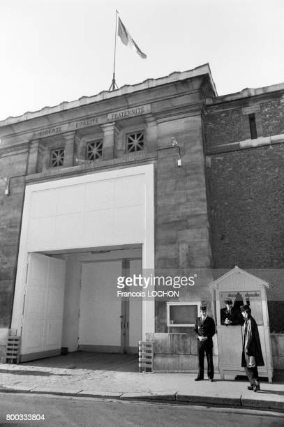 L'entrée de la prison de la Santé le 24 novembre 1975 à Paris France
