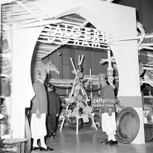 Entrée de l'exposition sur l'Afrique du Nord au magasin du Printemps à Paris France le 2 septembre 1954