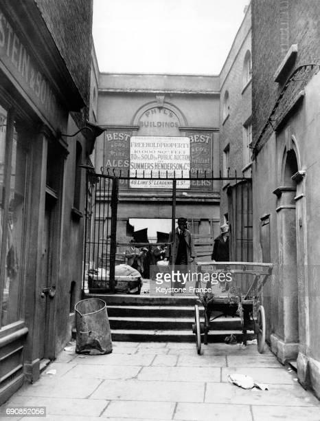 Entrée du marché couvert de Whitechapel à Londres RoyaumeUni en 1932