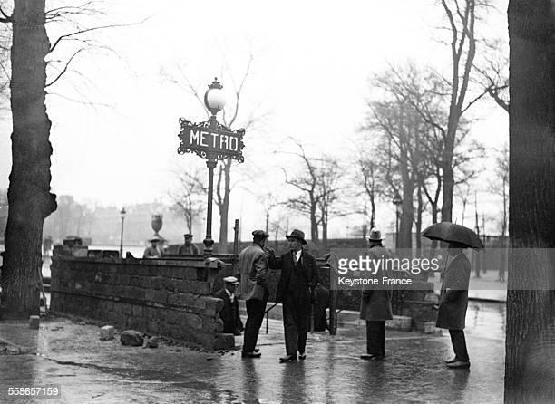 Entrée du métro Invalides où on a érigé un mur qui soutiendra la couverture de ciment qui empêchera l'eau de la Seine d'entrer dans les souterrains...