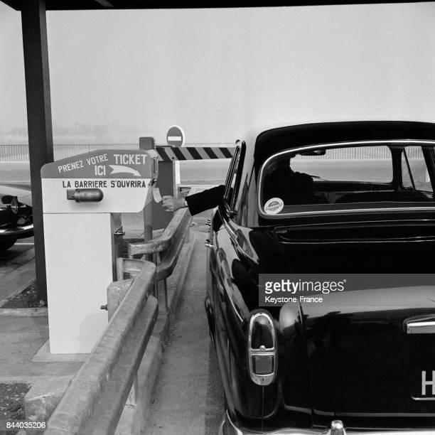 Entrée du parking payant de la nouvelle aérogare d'Orly France le 8 mars 1961