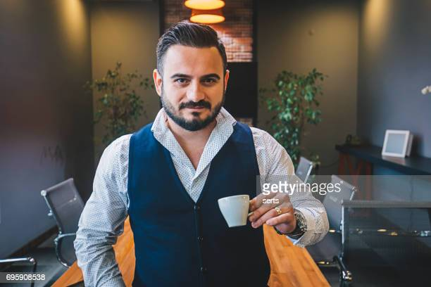 Homme d'affaires entrepreneur, boire du café au bureau