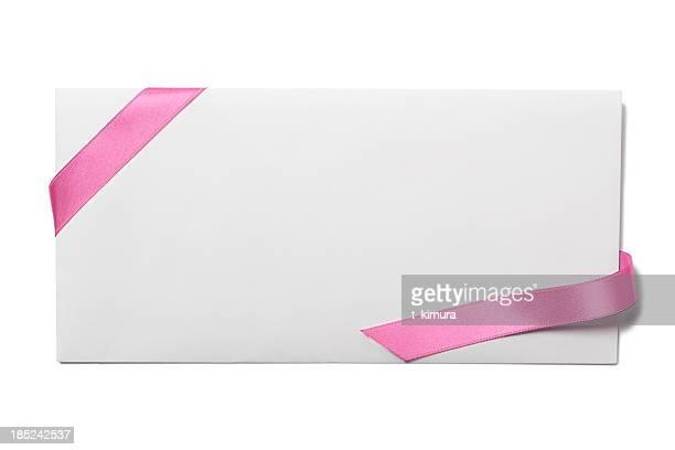 Envelope com fita de cor-de-rosa