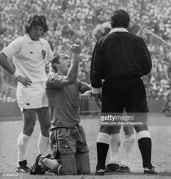 Enver Hadžiabdic of Yugoslavia complains to Mexican referee Alfonso González Archundia over an alleged foul during a World Cup Group 2 match against...