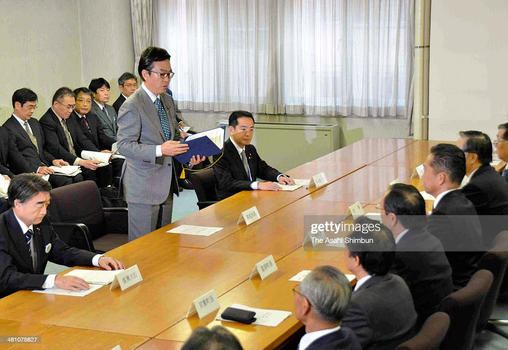 Environment Minister <a gi-track='captionPersonalityLinkClicked' href=/galleries/search?phrase=Nobuteru+Ishihara&family=editorial&specificpeople=2258645 ng-click='$event.stopPropagation()'>Nobuteru Ishihara</a> briefs Fukushima Governor Yuhei Sato and other local leaders on the government's revised plan for intermediate storage facilities at the Fukushima prefecture headquarters on March 27, 2014 in Fukushima, Japan. The government has agreed to the prefecture's request to build intermediate storage facilities for holding radioactive waste in just two towns, instead of the three originally proposed.