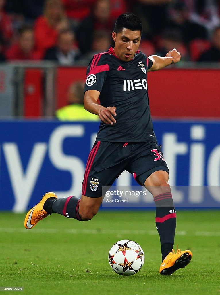 <a gi-track='captionPersonalityLinkClicked' href=/galleries/search?phrase=Enzo+Perez&family=editorial&specificpeople=3275855 ng-click='$event.stopPropagation()'>Enzo Perez</a> of Benfica controles the ball during the UEFA Champions League Group C match between Bayer 04 Leverkusen and SL Benfica at BayArena on October 1, 2014 in Leverkusen, Germany.