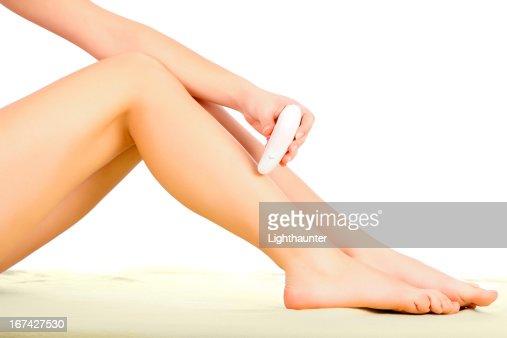 Epilating pernas : Foto de stock