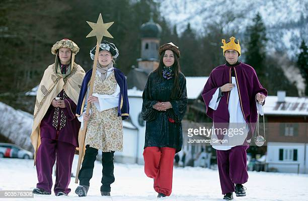 Epiphany carolers arrive for the annual conference of the CSU at WildbadKreuth on January 6 2016 in Kreuth Germany Horst Seehofer Bavarian Governor...